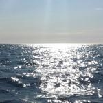 Der Atlantik glitzert besonders schön in der Mitternachtssonne